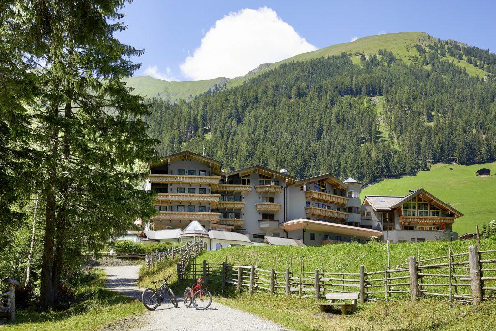 das_adler_inn_als_ausgangspunkt_fuer_biketouren_in_den_bergen_c_mike_huber_das_adler_inn_-_tyrol_mountain_resort