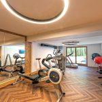 geraeumiger_fitnessraum_alpinhotel_berghaus