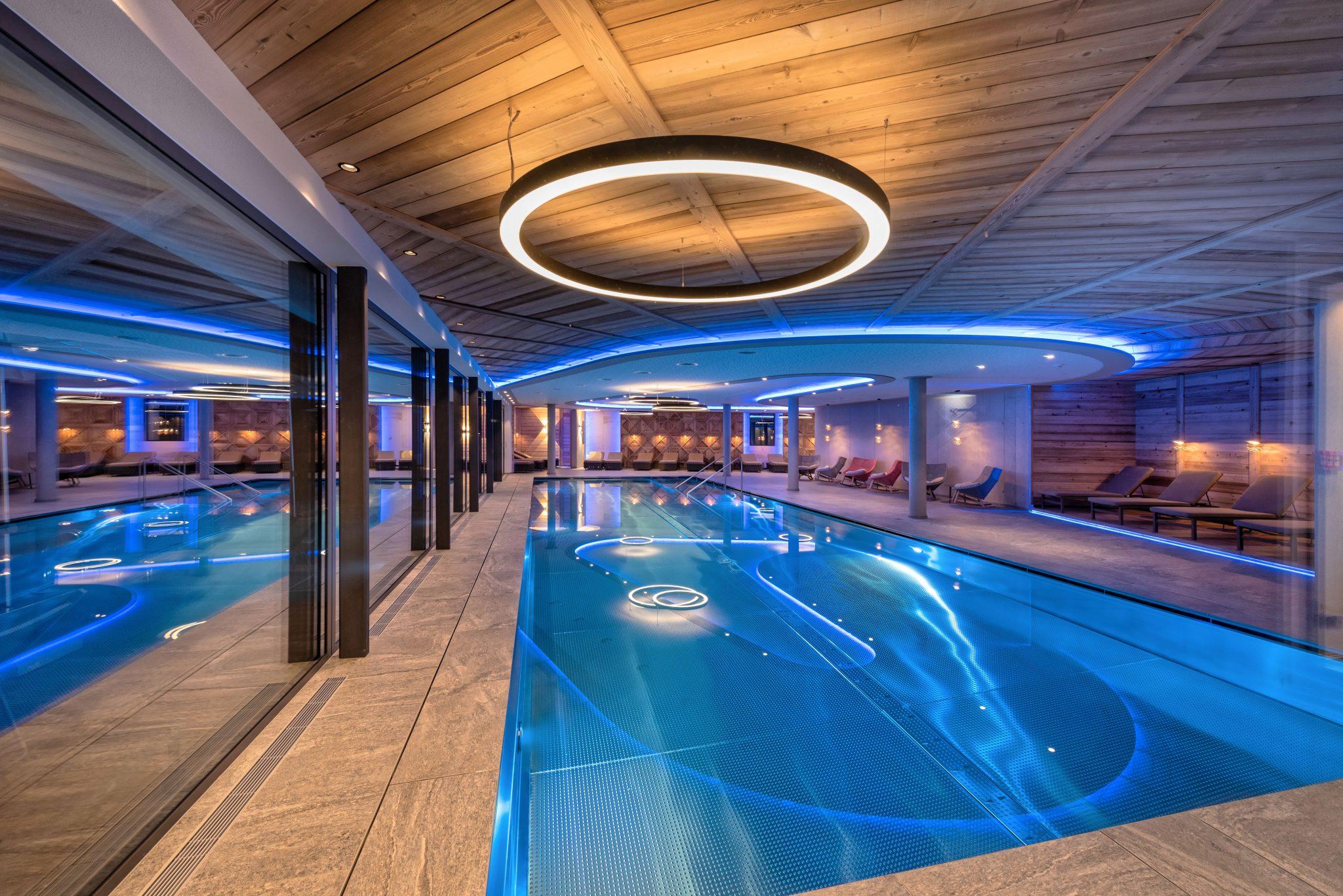 indoor_panorama_swimming_pool_mit_exklusiver_lichtinstallation_alpinhotel_berghaus