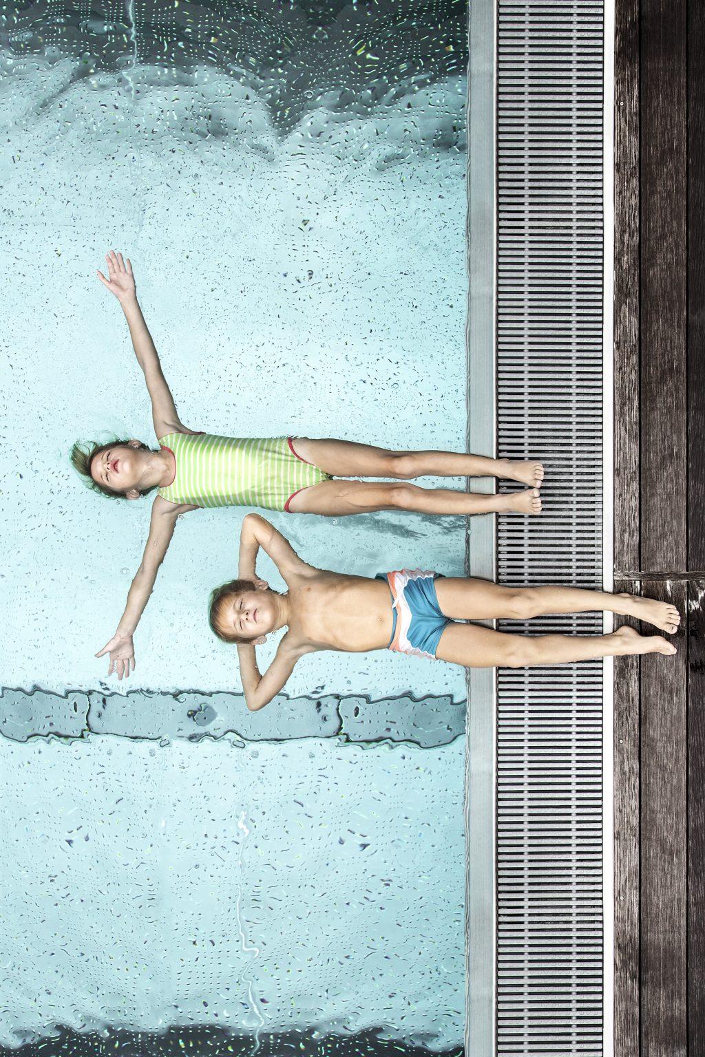 kinder_entspannen_am_pool_c_daniela_jakob_dachsteinkoenig_-_familux_resort