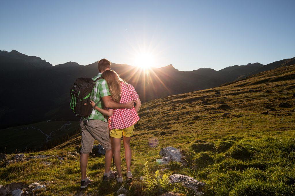 romantischer_sonnenuntergang_in_den_bergen_c_tourismusverband_tux_alpinhotel_berghaus