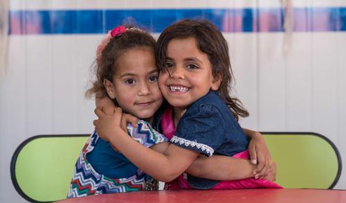 UNICEF zwei Mädchen umarmen sich