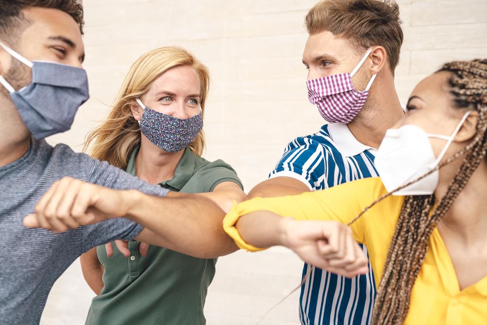 Jugendliche mit Maske