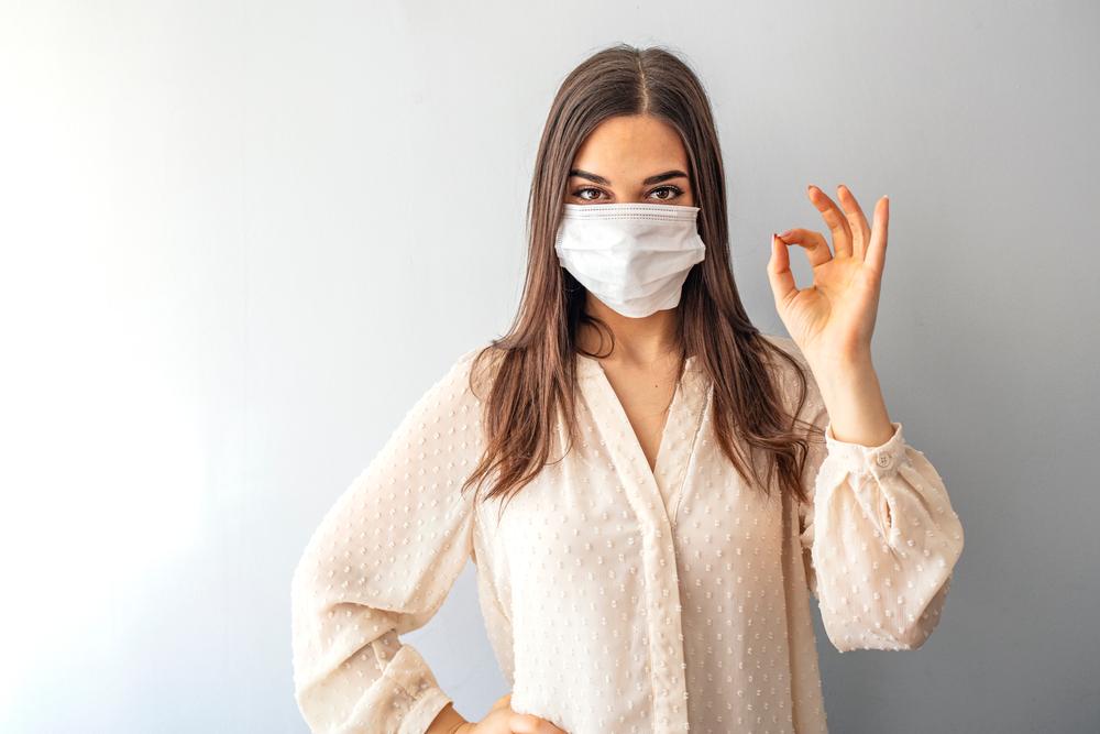 Junge Frau mit Mundnasenschutz