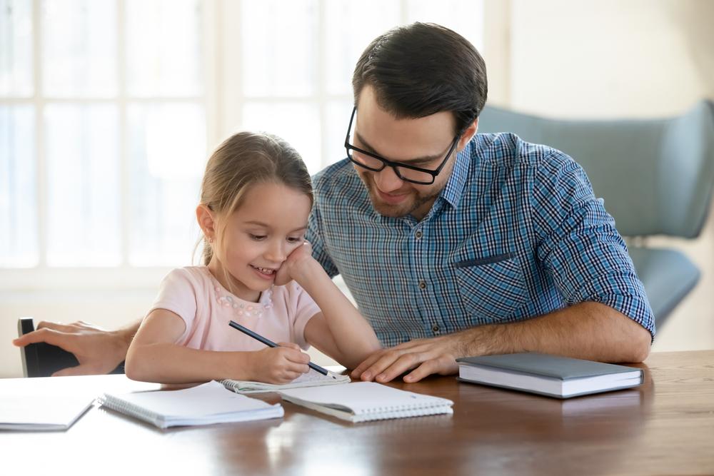 Kind und Vater beim Lernen