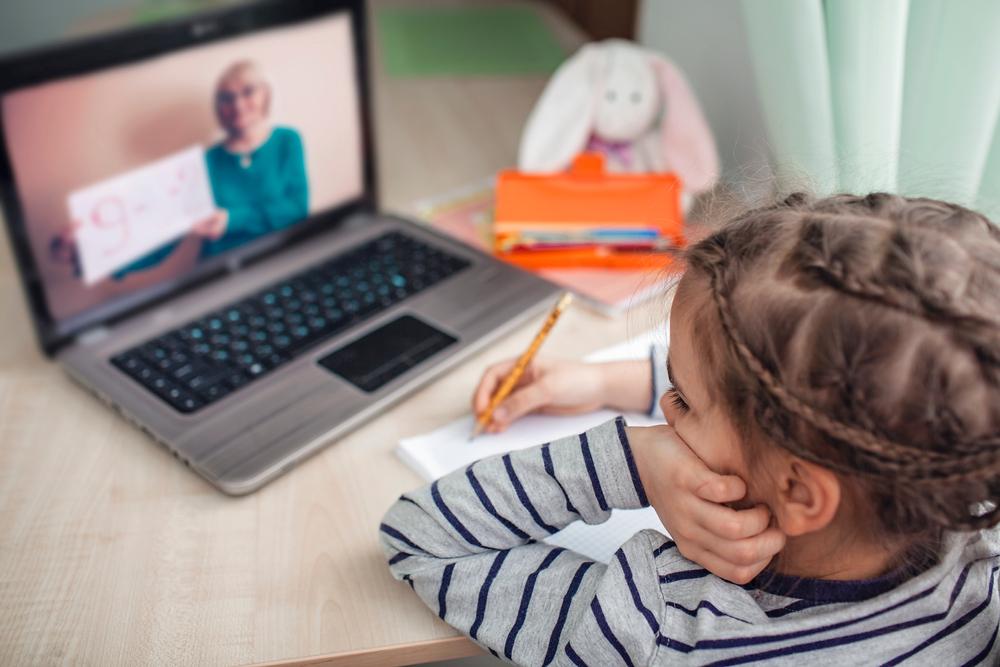 Mädchen beim Home Schooling