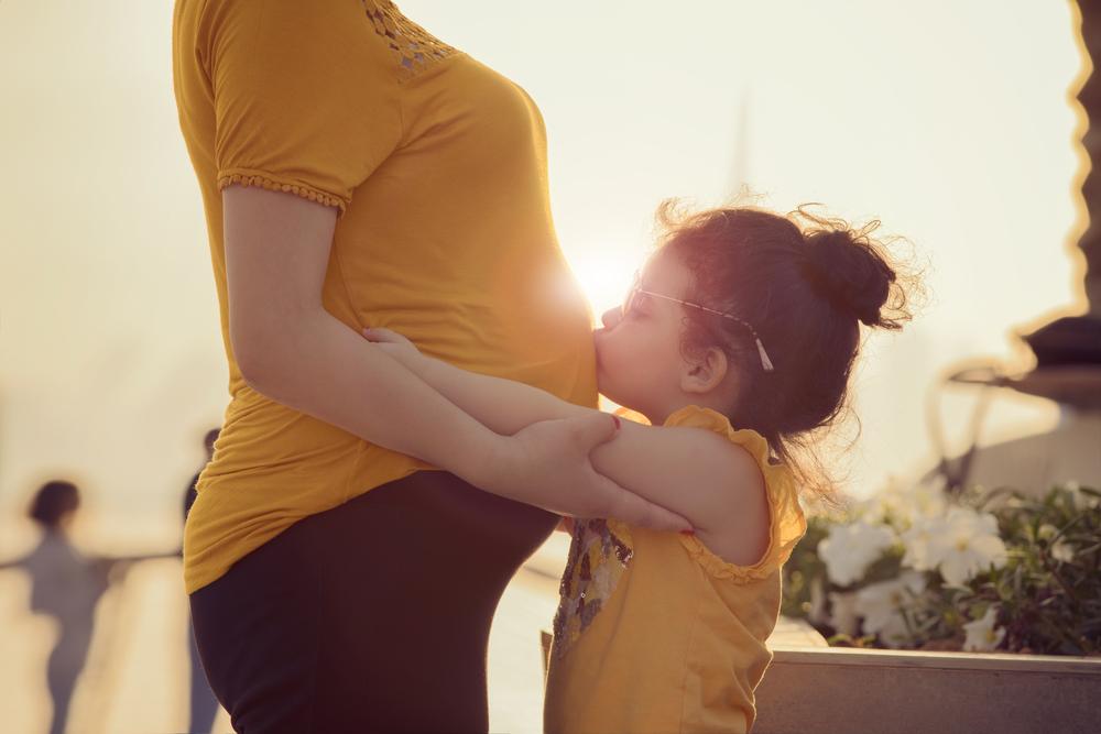 Schwanger und kleines Mädchen