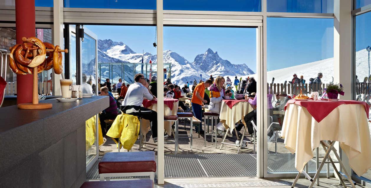ein_schnapserl_in_der_patteriol_bar_c_arlberger_bergbahnen_ski_arlberg