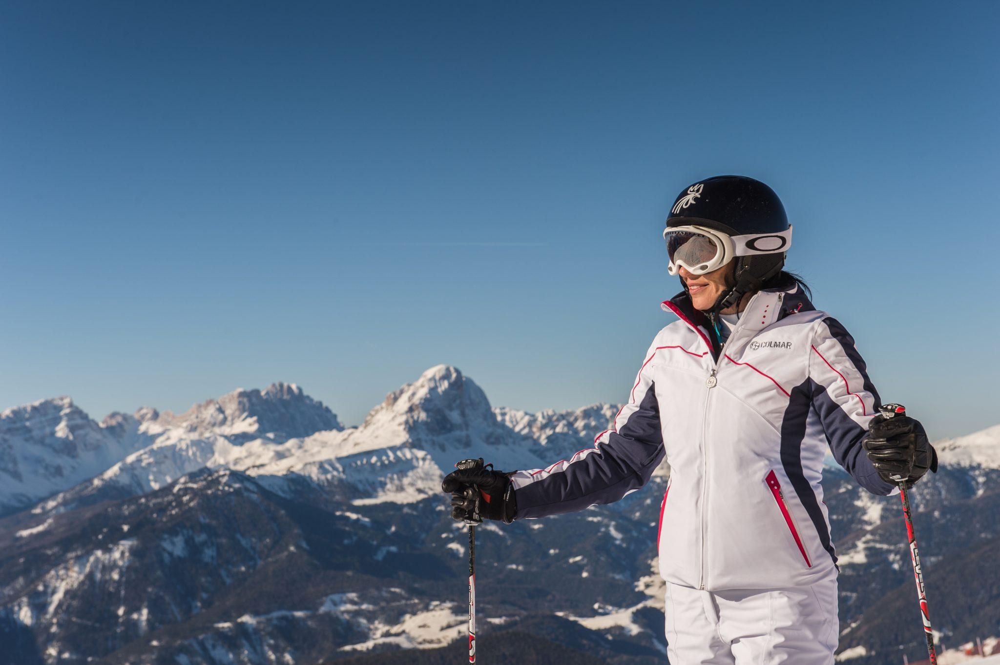 skifahrerin_macht_pause_vor_bergpanorama_c_tvb_kronplatz_-_photo_harald_wisthaler_olang