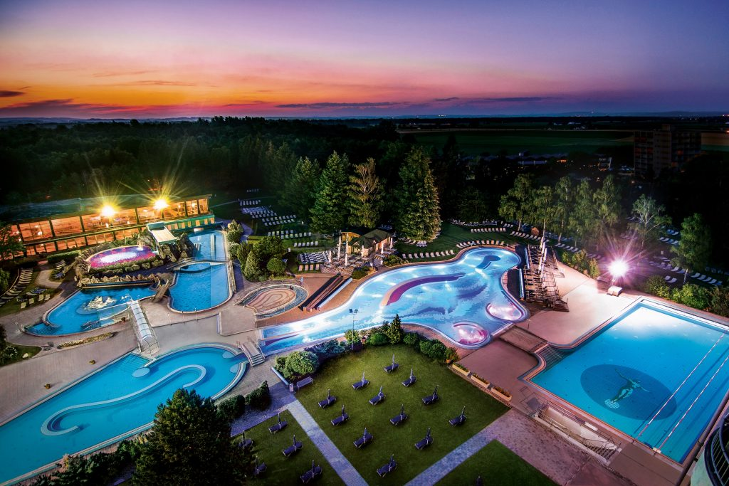 traumhafter_blick_auf_die_johannesbad-therme_bei_nacht_johannesbad-therme
