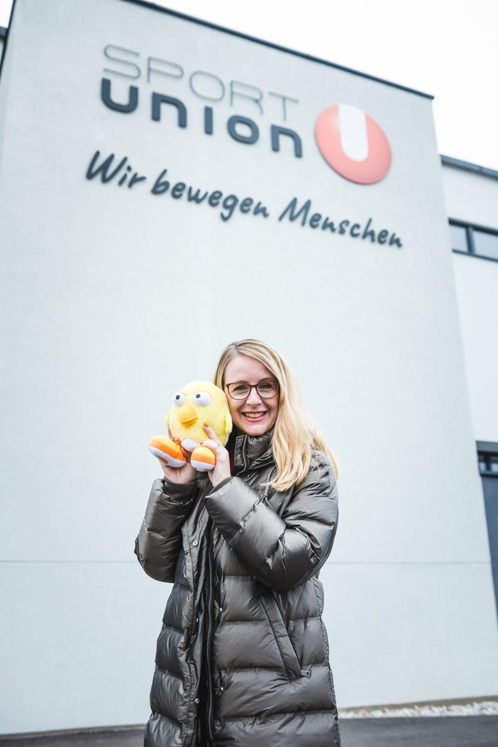 Foto-Hartberger-BMDW BM Schramböck mit einem Ugotchi-Maskottchen