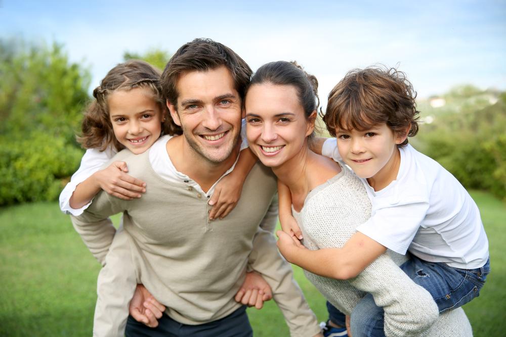 Familie mit zwei Kindern auf Wiese