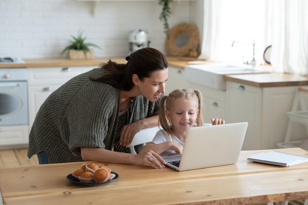 Mutter und Tochter beim Homeschooling