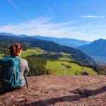 eurohike-wanderreise-suedtiroler-wein-almenweg-voeran-panorama-wanderin
