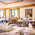 gedeck_der_tische_im_galerierestaurant_c_heimplaetzer_werbefotografie_concordia_wellnesshotel_spa