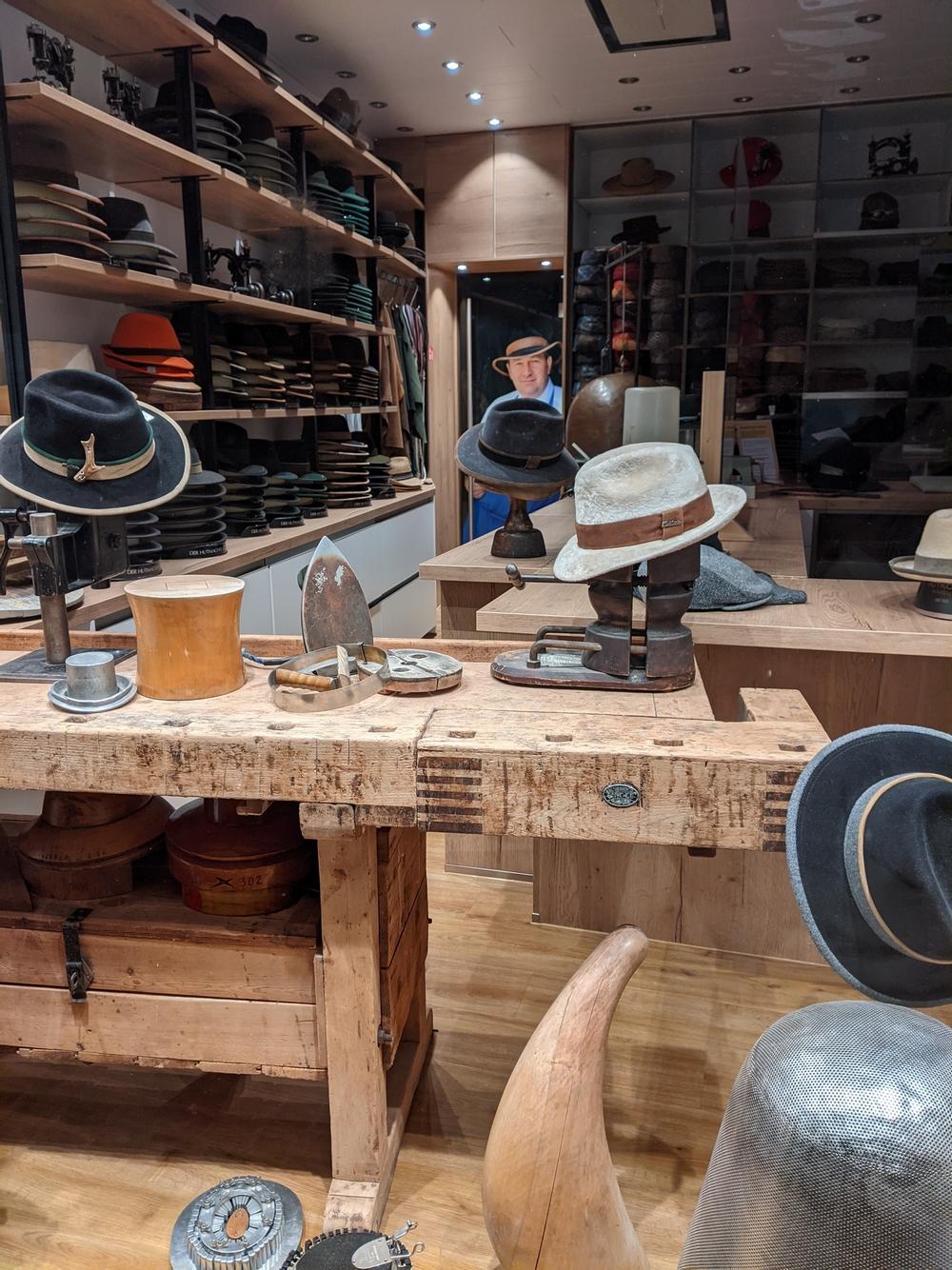 """Regensburg: Beim """"Hutkönig"""" werden edle Kopfbedeckungen seit fast 140 Jahren ausschließlich von Hand gemacht."""