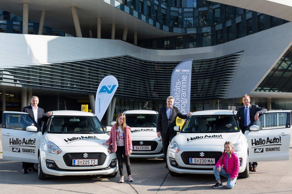 Acht neue SUZUKI SWIFT HYBRID Fahrzeuge wurden für die Aktion Hallo Auto im ÖAMTC Mobilitätszentrum in Wien übergeben