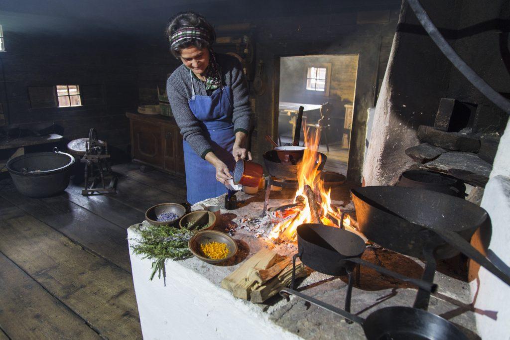 Ab Mai können die Besucher*innen im österreichischen Freilichtmuseum in die Welt von Kräutern, Salben und vergessenen Heiltraditionen eintauchen