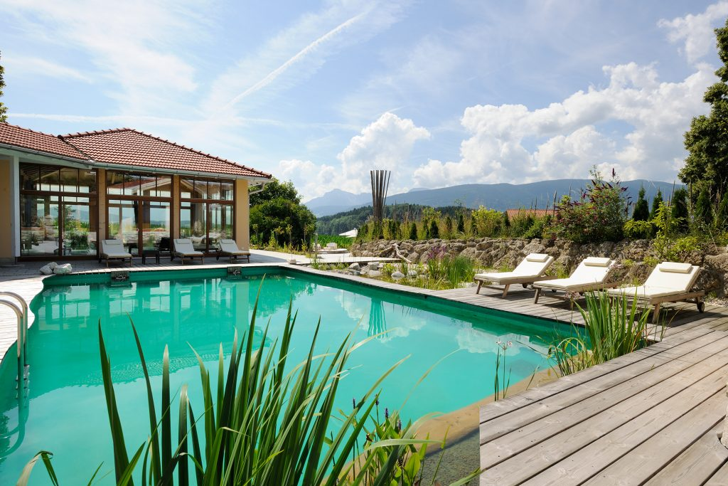 outdoorpool_im_sommer_wellnessnaturresort_gut_edermann