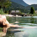 relaxen_im_naturbadesee_c_peter_kuehnl_puradies_hotel_chalets