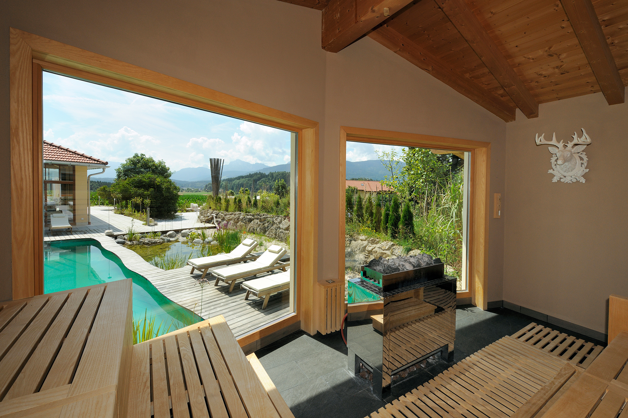 sauna_mit_blick_auf_den_outdoorpool_wellnessnaturresort_gut_edermann