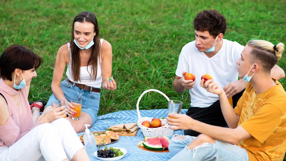 Jugendliche beim Corona-Picknick