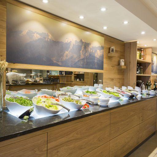 Salatbuffet beim Abendessen der Verwöhnpension im Mountain Resort Feuerberg auf der Gerlitzen Alpe in Kärnten