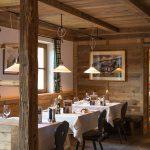 hotelrestaurant_mit_eingedeckten_tischen_tirler-dolomites_living_hotel_0