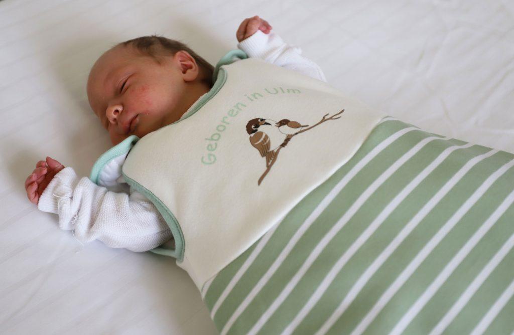 Baby im babyschlafsack