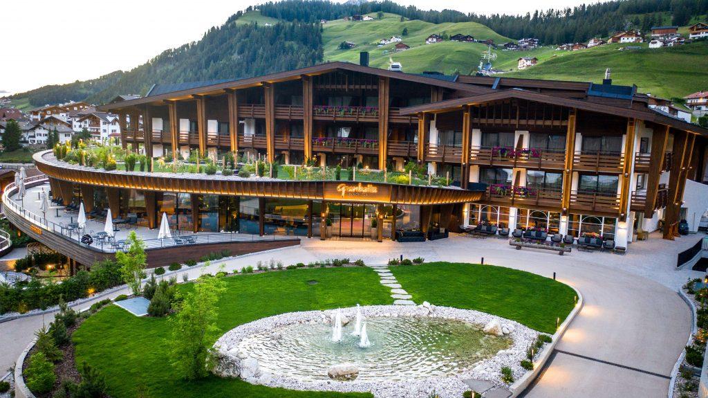 aussenansicht_des_hotels_im_sommer_hotel_granbaita_dolomites
