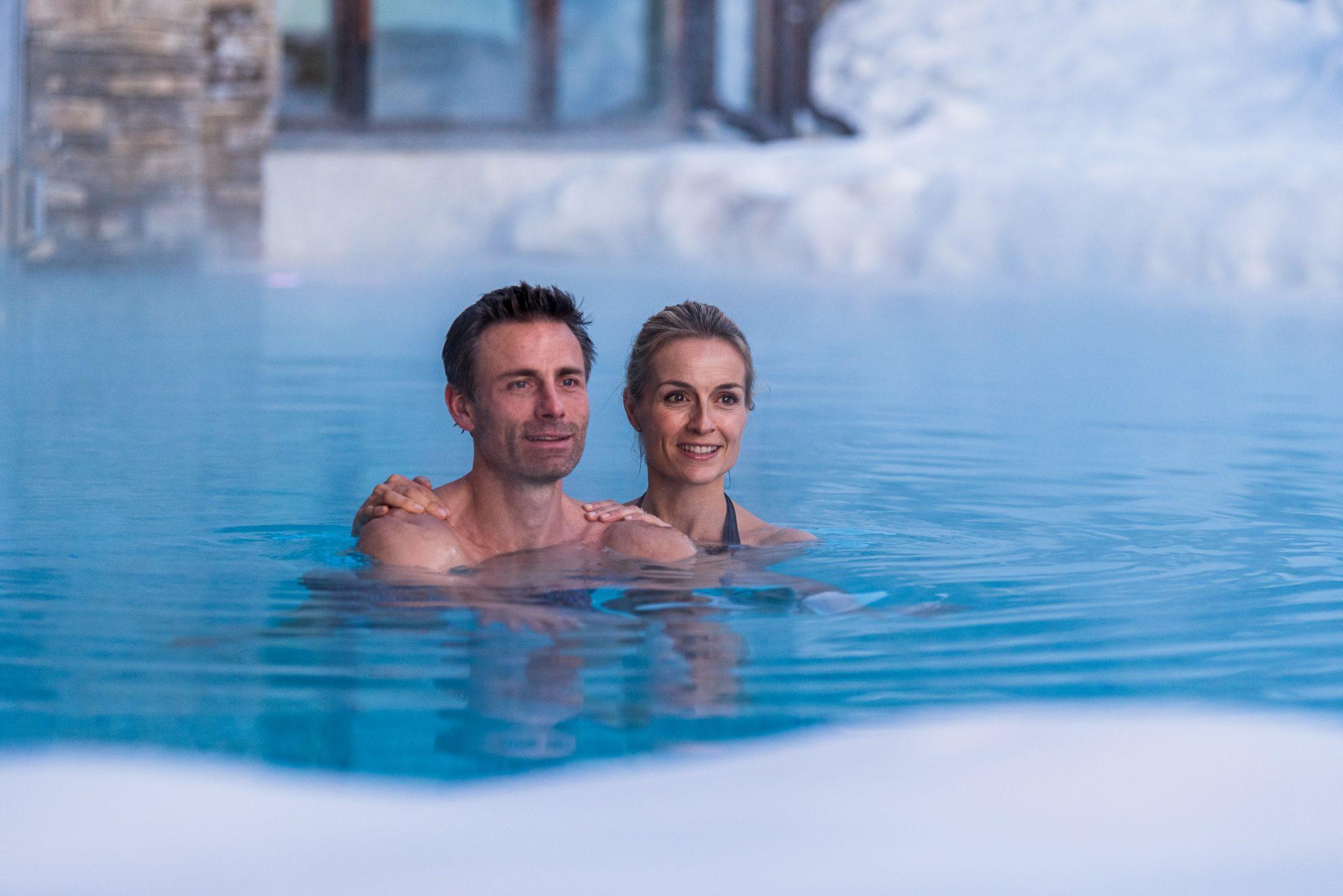 paerchen_schwimmt_im_pool_c_dejori_werner_hotel_granbaita_dolomites