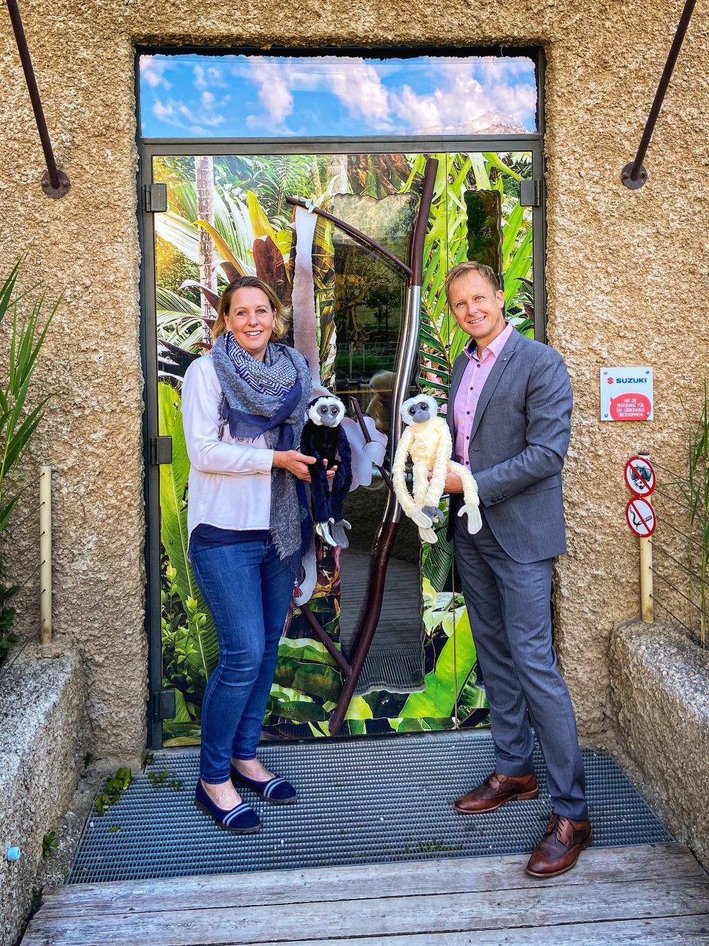 V.l.n.r. Mag. Sabine Grebner_Direktorin des Zoo Salzburg und Roland Pfeiffenberger MBA_Managing Director SUZUKI AUSTRIA