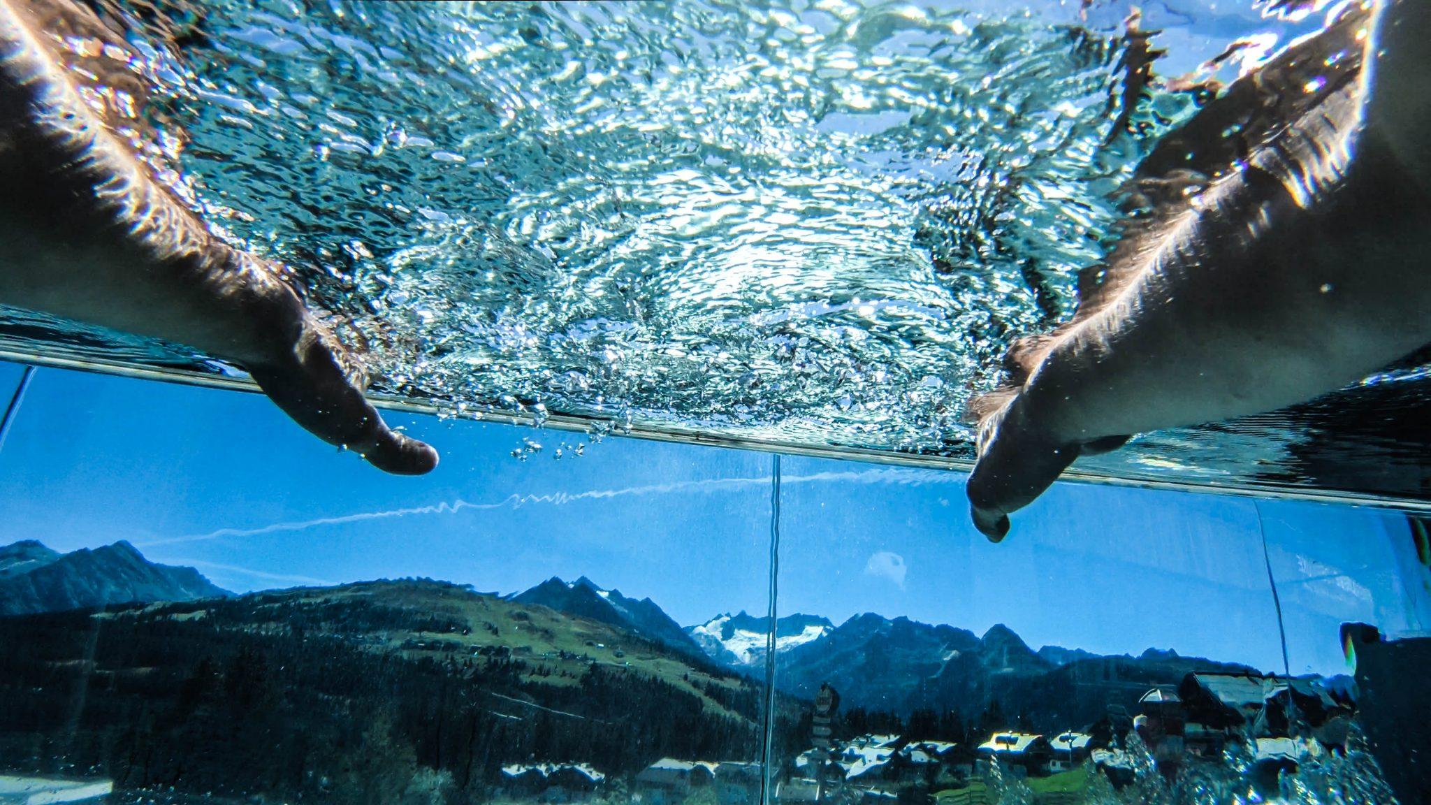 infinity-pool_mit_blick_in_die_berge_das_alpenwelt_resort