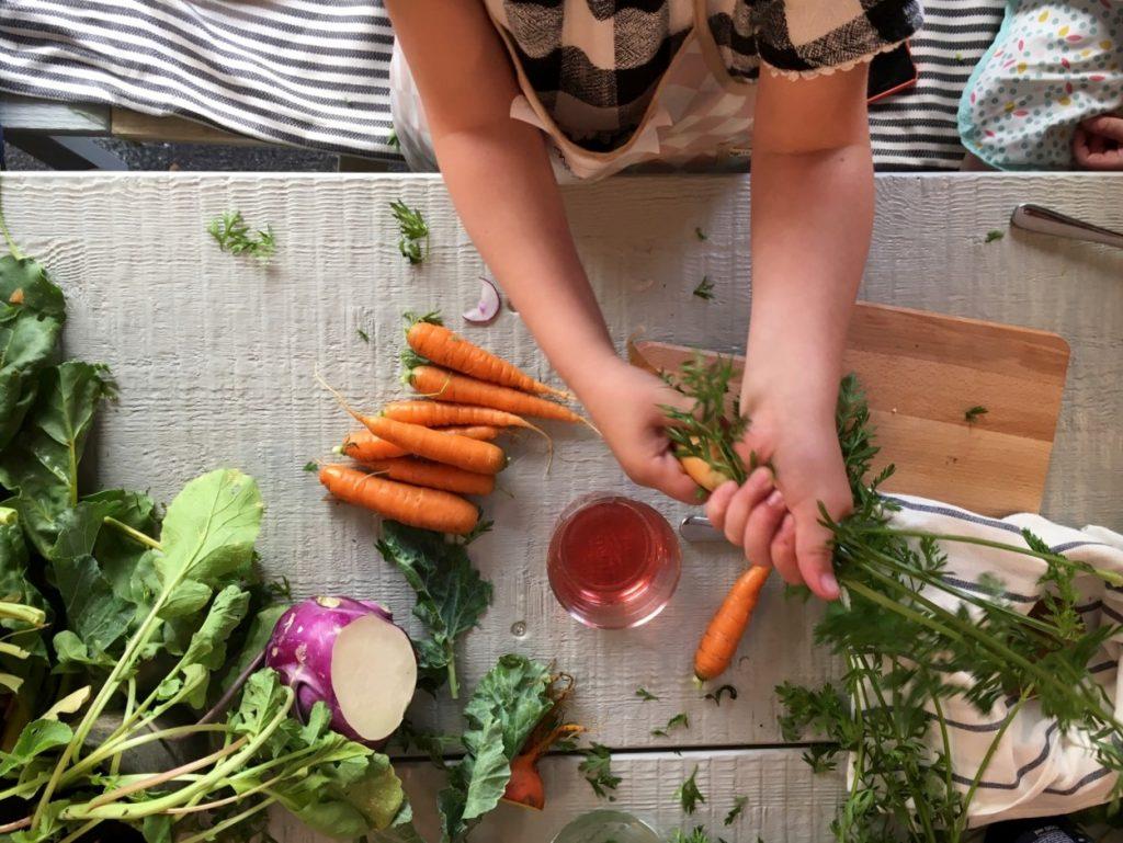 Kind und Karotten