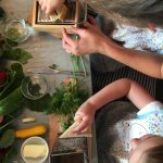 Kinder reiben Käse