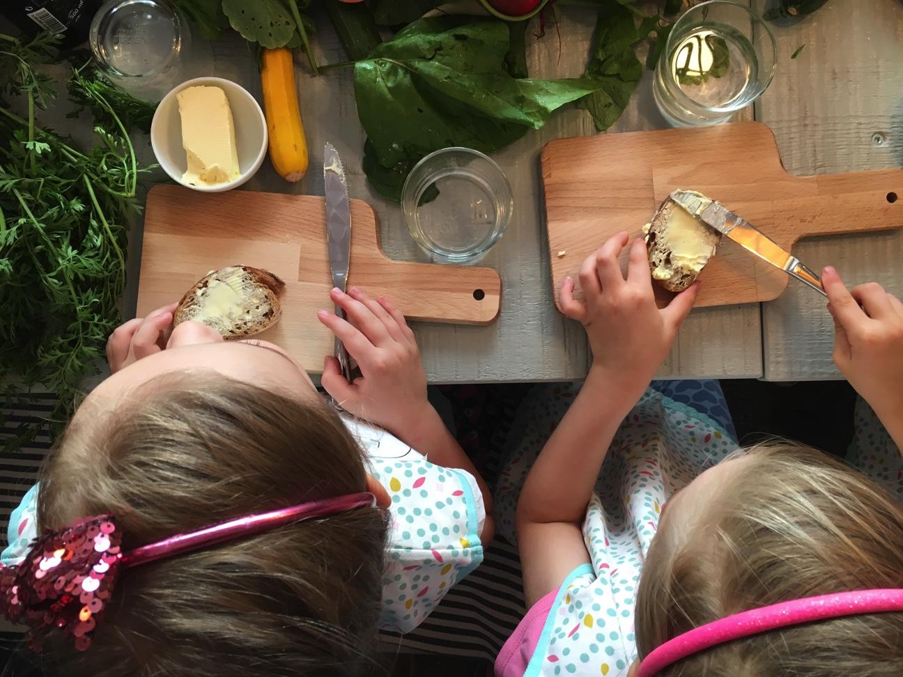 Kinder streichen Butterbrote