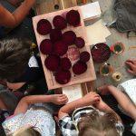 Kinder und rote Rüben