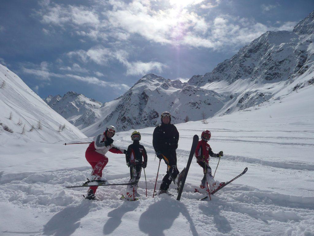 familie_beim_skifahren_c_peter_leitner_alpengasthof_zollwirt