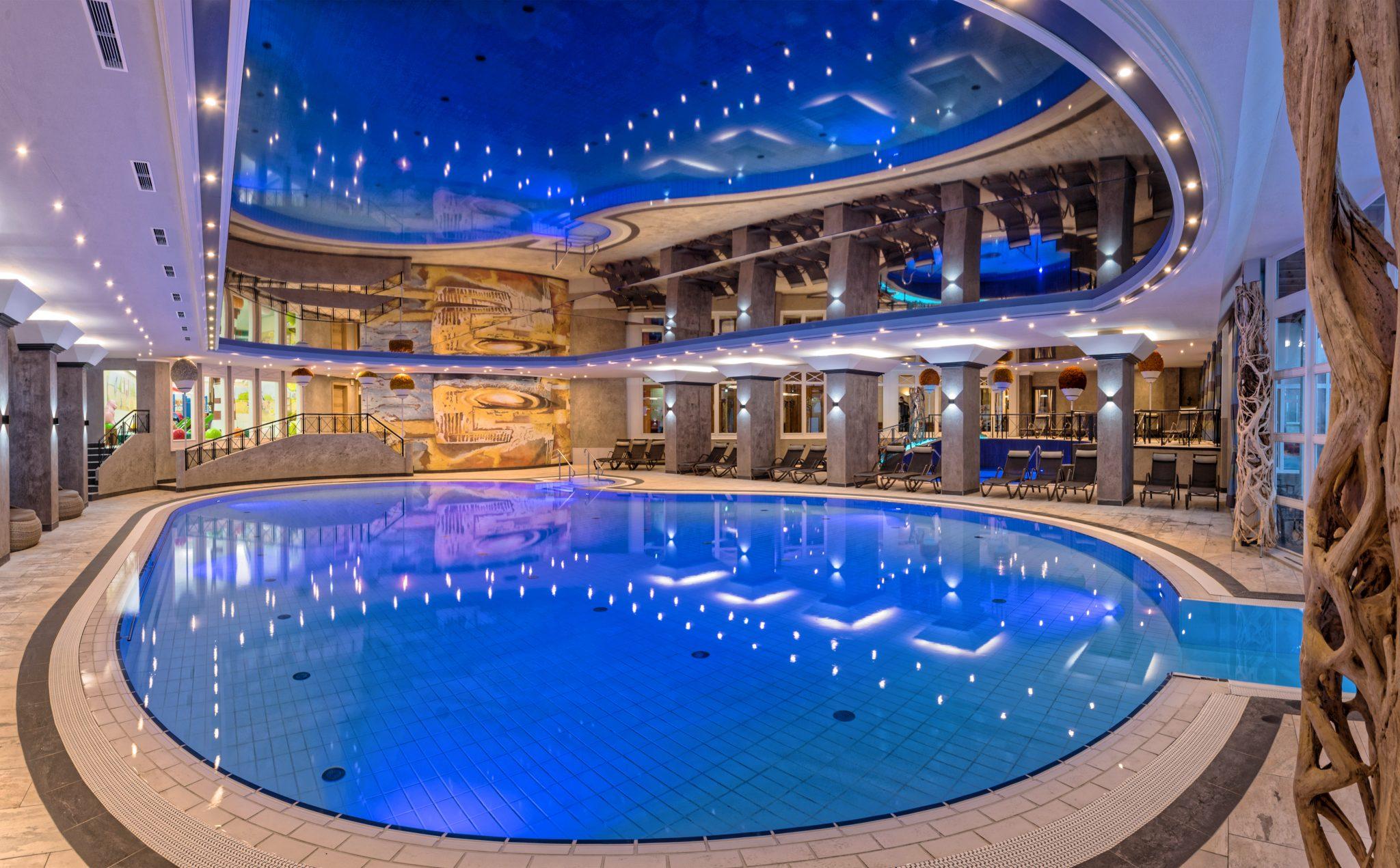 grosses_schwimmbad_oberjoch_-_familux_resort