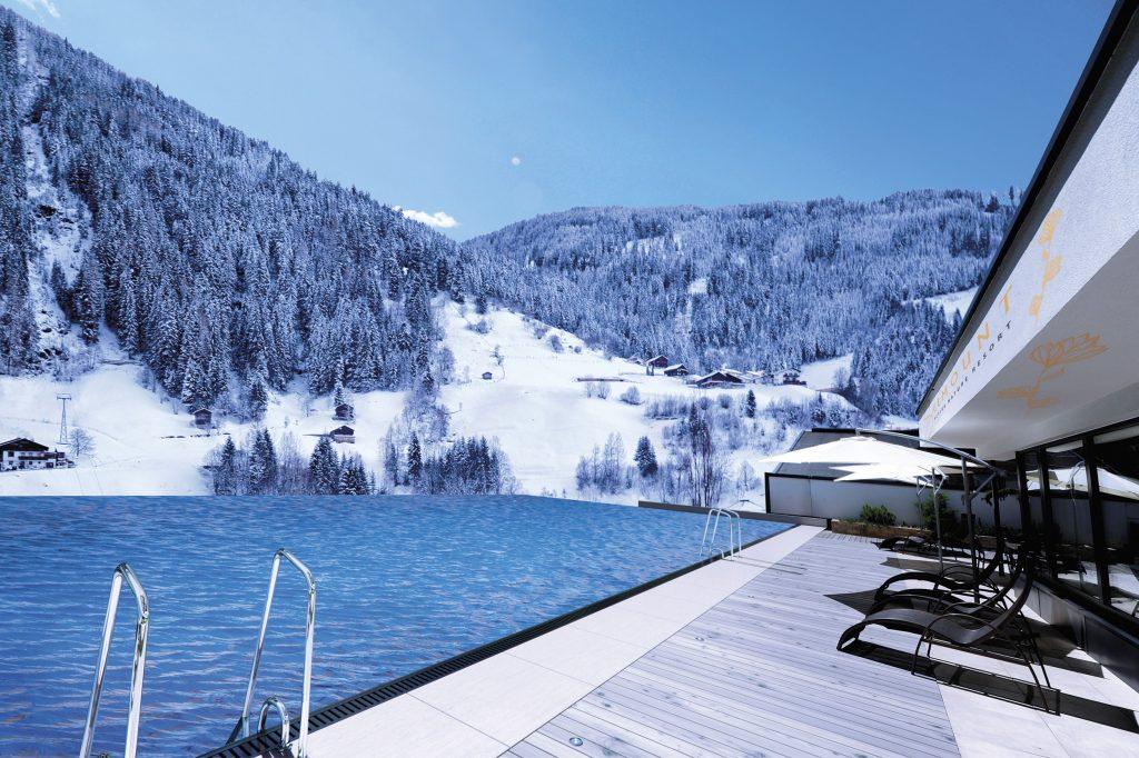 infinity-outdoorpool_mit_bergpanorama_im_winter_das_seemount