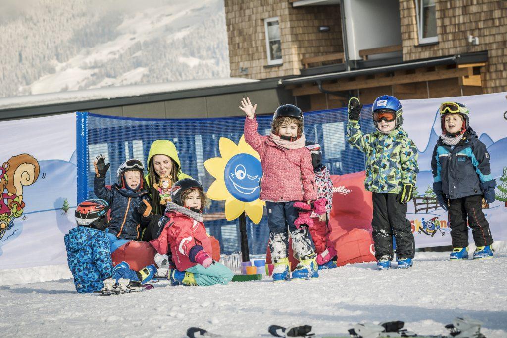kindergruppe_beim_skikurs_c_jan_hanser_mood_photography_alpina_zillertal_0